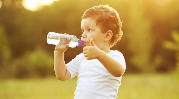 Скільки води треба пити дорослим і дітям